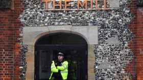 Un policía custodia el lugar donde hallaron inconsciente al exespía ruso.