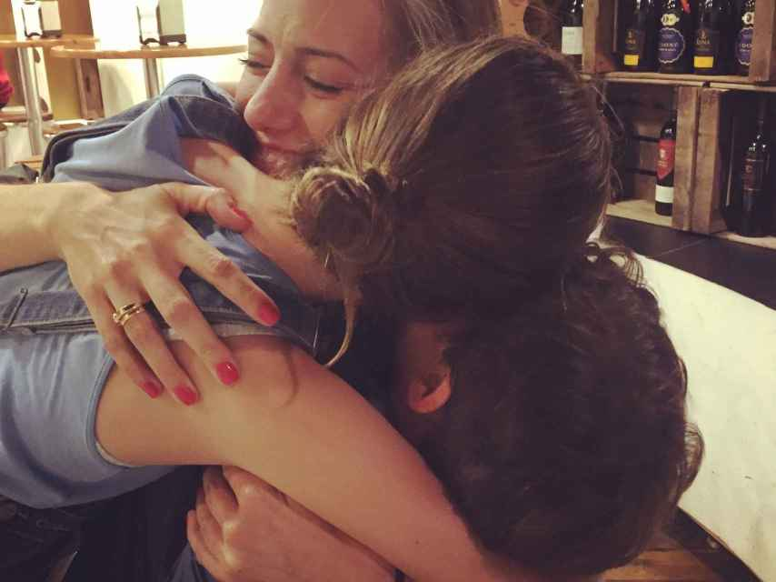 Noelia abrazando a sus dos hijos.