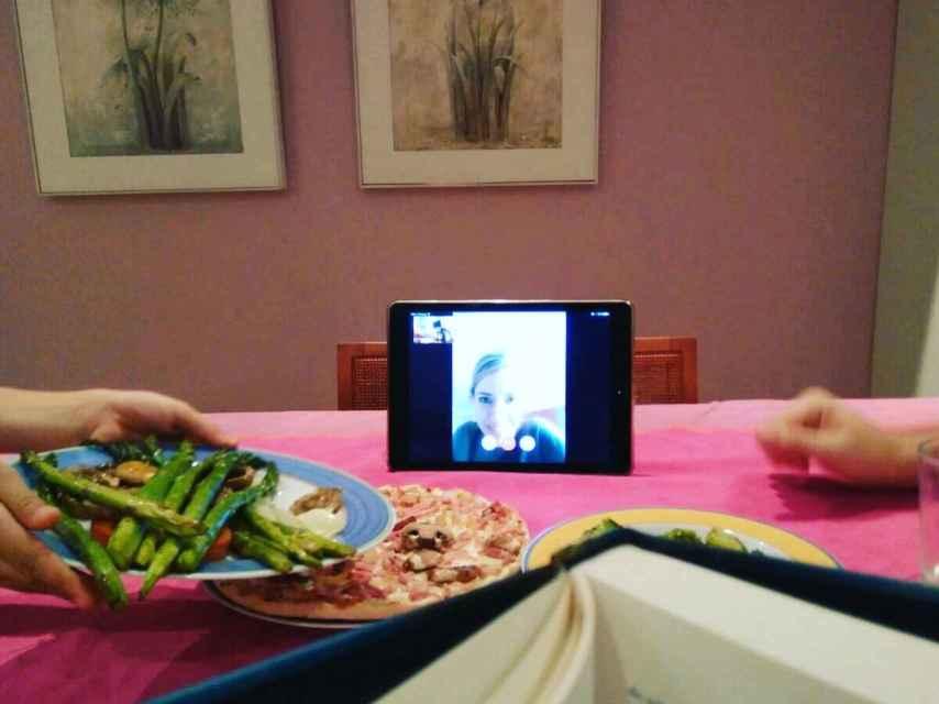 Cuando Noelia no está en casa, cena igualmente con su familia a través de videollamada.