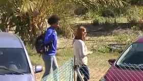 Ana, la novia del padre del niño Gabriel, a la izquierda con sudadera azul y mochila