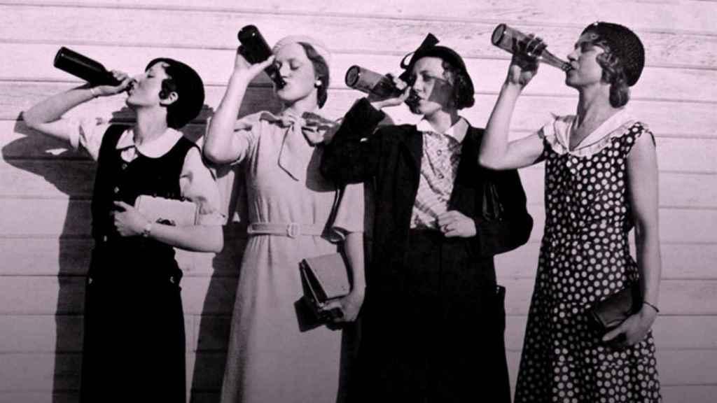 mujeres beben cerveza