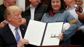 Trump muestra la medida, con su firma, que establece los polémicos aranceles.