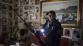 Raúl apenas duerme. Pasa las noches con una linterna y una escopeta estropeada para ahuyentar a los ladrones que se acercan a su domicilio.