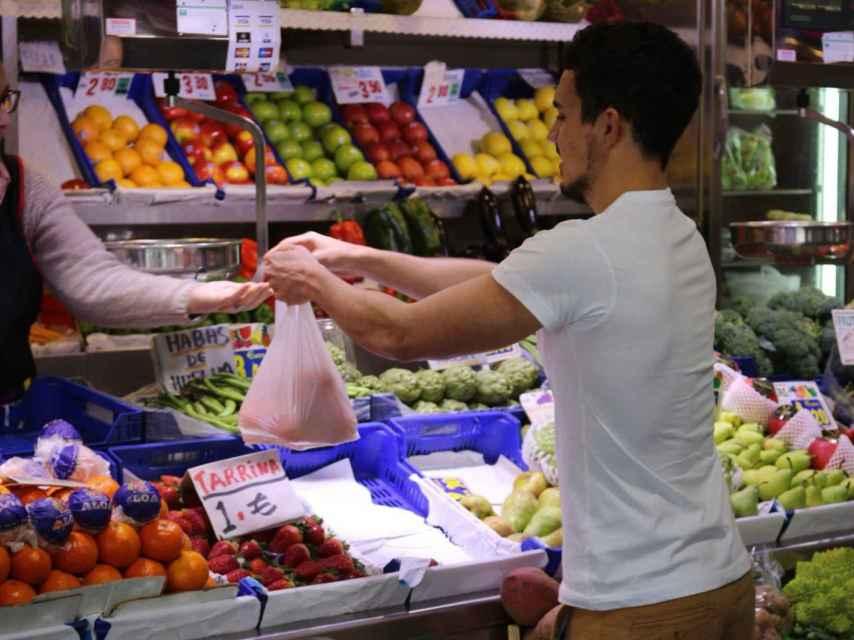 Carlos Ríos realizando unas compras en el mercado municipal de Huelva.