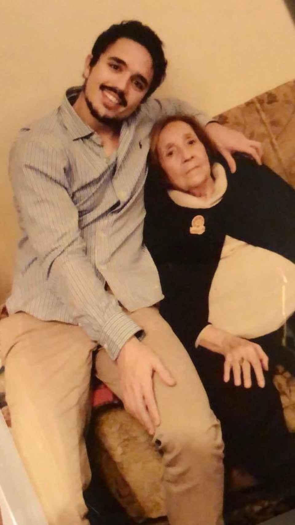Carlos junto a su abuela Rosario, 'Lala'.
