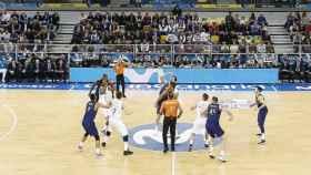 Salto inicial en el clásico de baloncesto. Imagen: (ACB.COM)