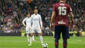 Cristiano Ronaldo, ante la portería del Eibar.  Foto: Pedro Rodríguez / El Bernabéu