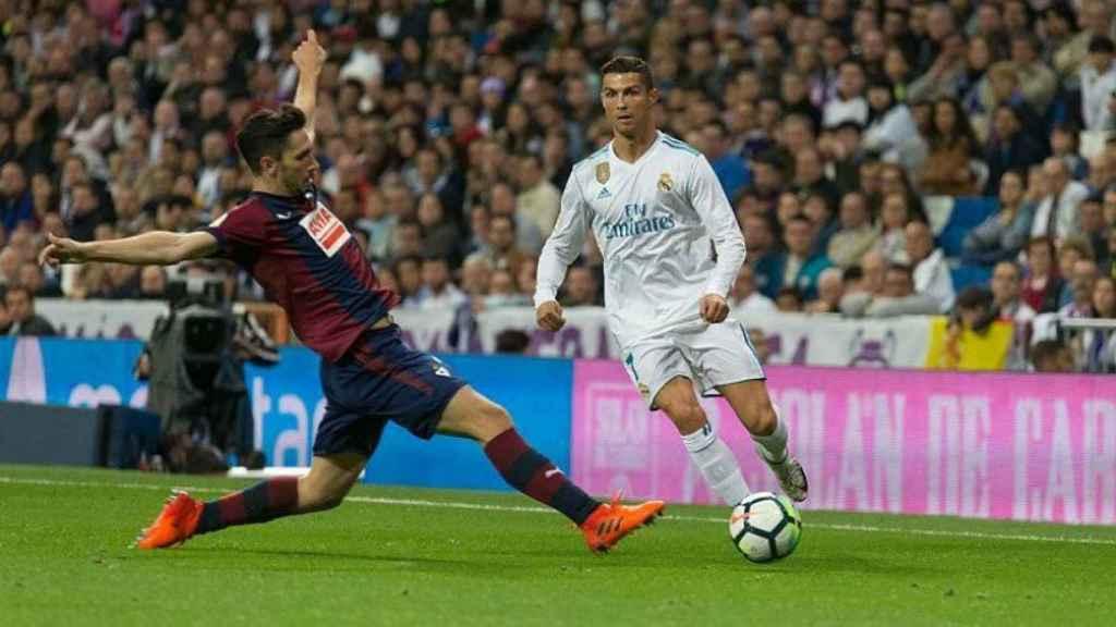Cristiano, ante un jugador del Eibar. Fotógrafo: Pedro Rodríguez / El Bernabéu