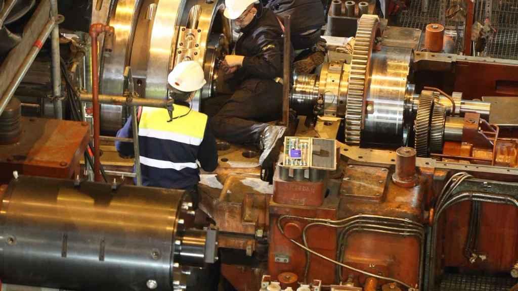Varios operarios trabajan en la planta de Aboño.