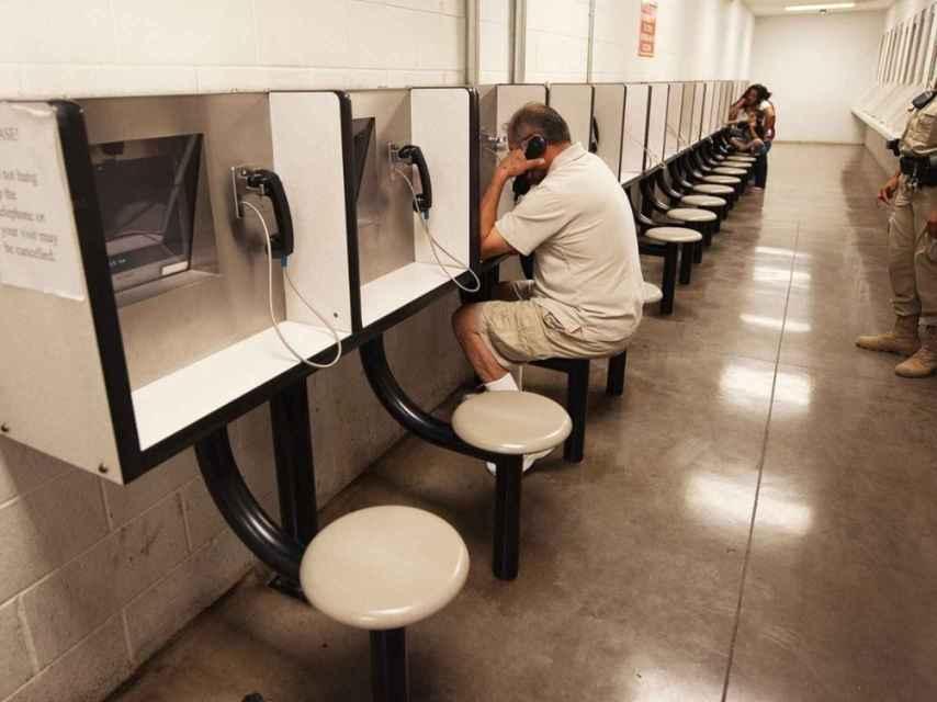 Sala de comunicación de reclusos en una cárcel de EEUU