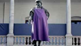 La estatua de Luis Vives, tocada de morado, en el claustro de La Nave, Universidad de Valencia.
