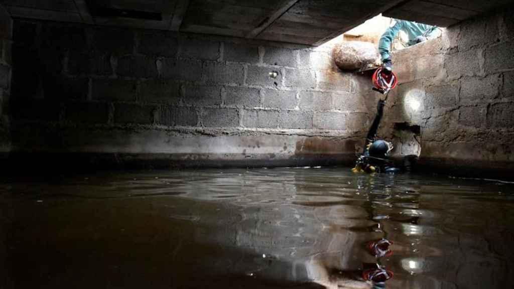 Los GEAS de la Guardia Civil buscando en un aljibe al menor desaparecido