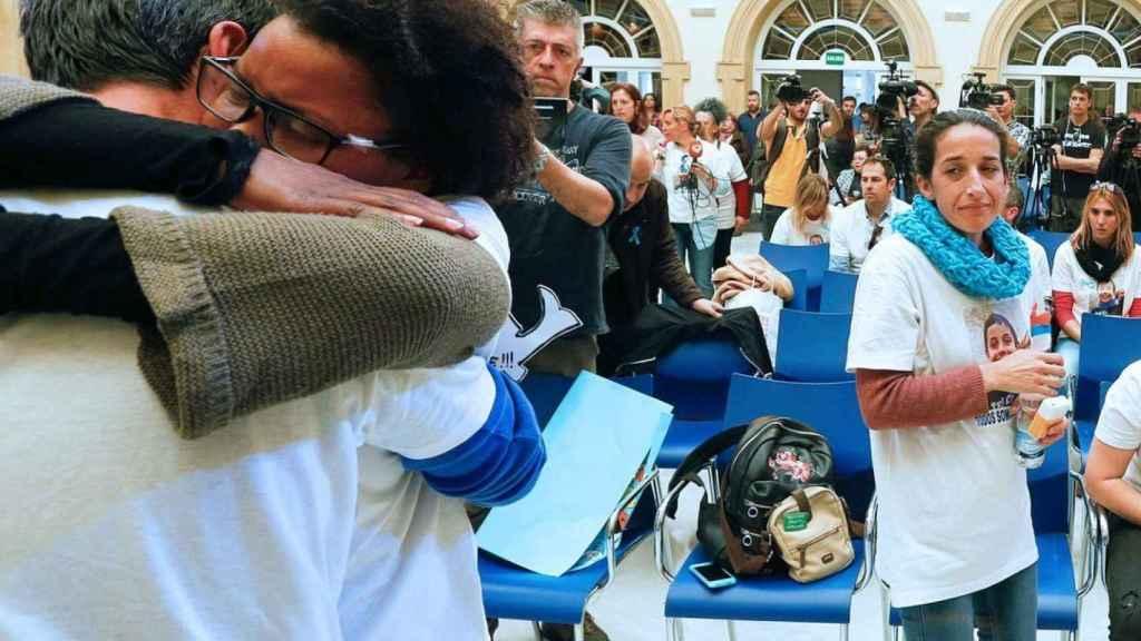 La madre de Gabriel observa el abrazo del padre del niño con Ana, su novia, el pasado viernes.