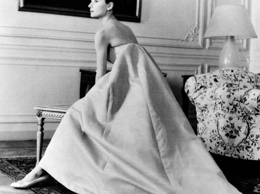 Audrey Hepburn con uno de sus diseños.