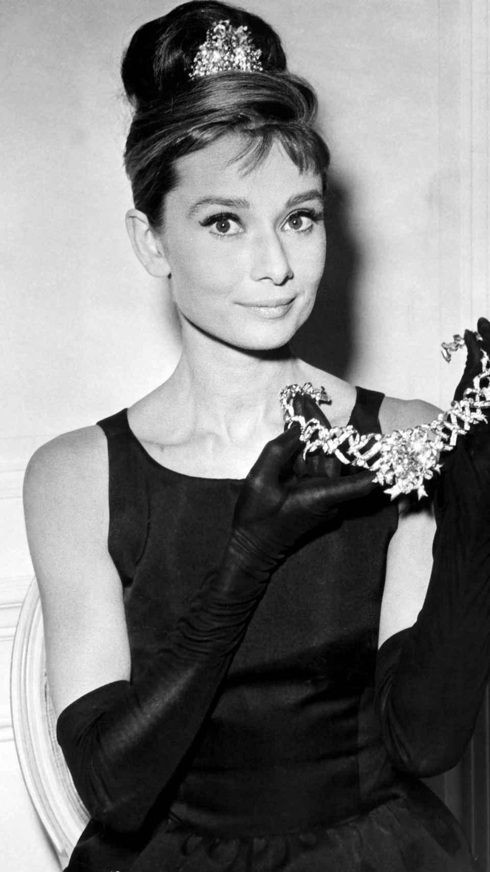 Audrey sonriendo.