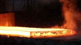 Una plancha de acero incandescente en la siderúrgica. REUTERS/Aaron Josefczyk,