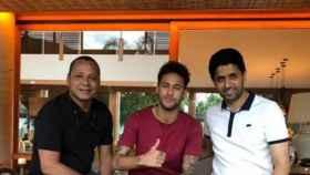 Neymar con su padre y con Al-Khelaïfi. Foto Instagram (@neymarpai_)