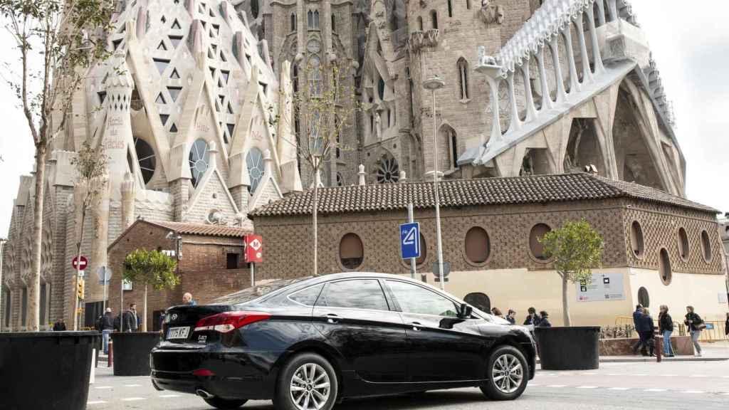 Un coche de Uber en las calles de Barcelona.