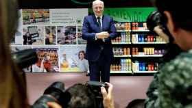 Juan Roig, presidente de Mercadona, con sus propios productos de fondo.