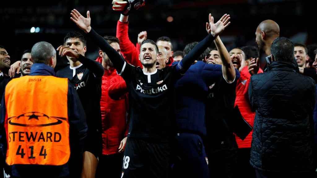 Los jugadores del Sevilla celebran su clasificación a cuartos de Champions.