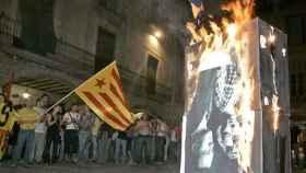 Quema de la foto de Juan Carlos I y Sofía durante una manifestación.