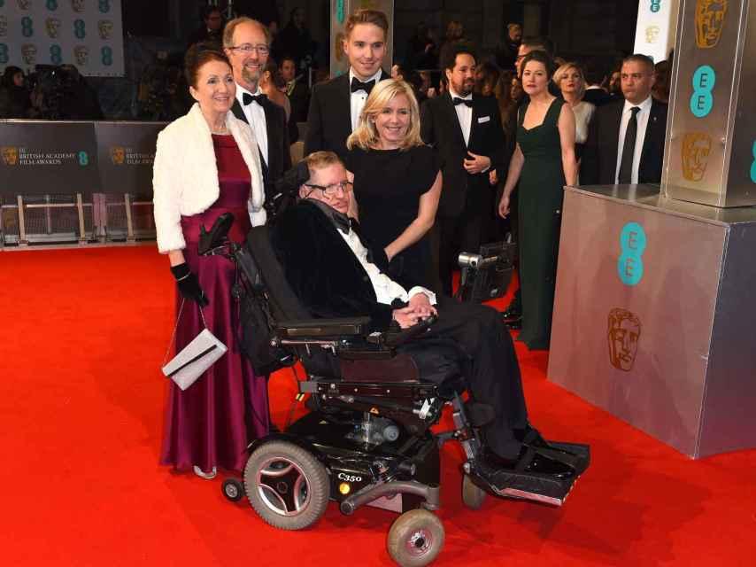 El físico junto a sus tres hijos y su primera esposa en los BAFTA 2015. GTRES.