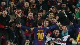 Messi celebra su gol con aficionados del Barcelona.