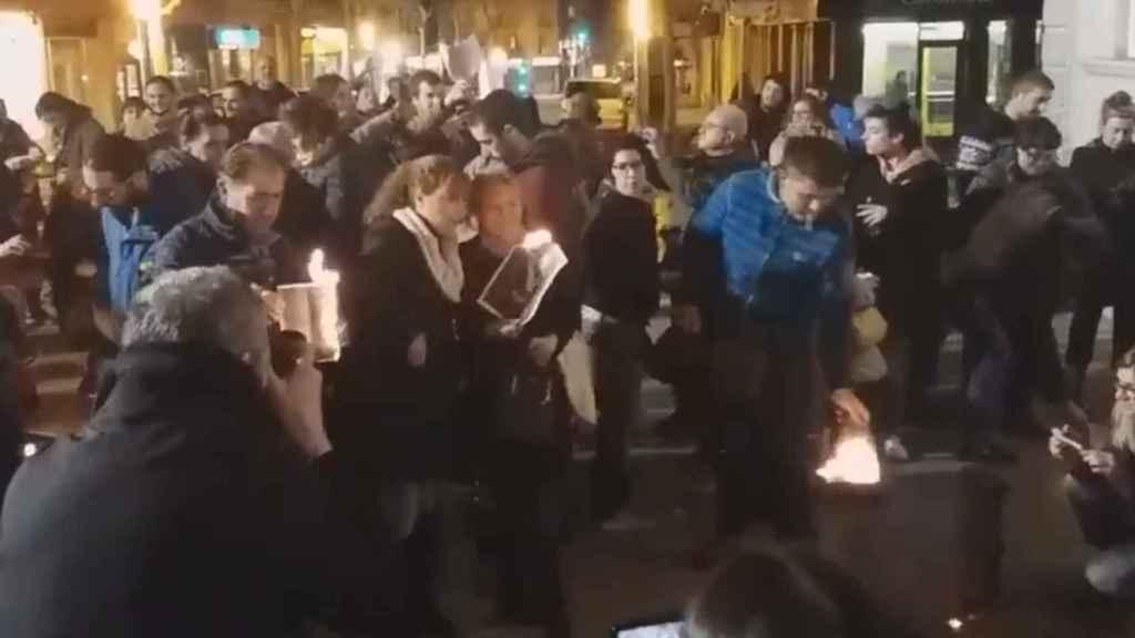 Un grupo de personas se concentra para quemar fotos del Rey.