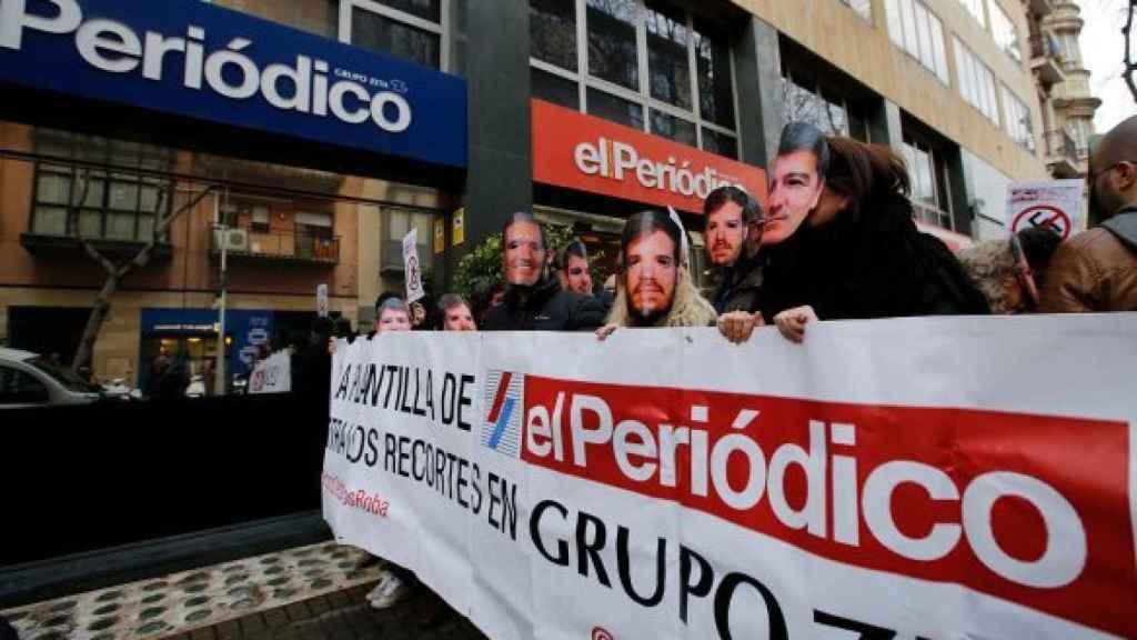Manifestación de la plantilla de 'El Periódico' en la sede del diario en Barcelona.