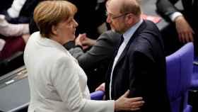 Angela Merkel, junto a Schulz, antes de su investidura.