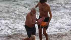 Estos dos hombres se ocuparon de recoger al recién nacido del agua.