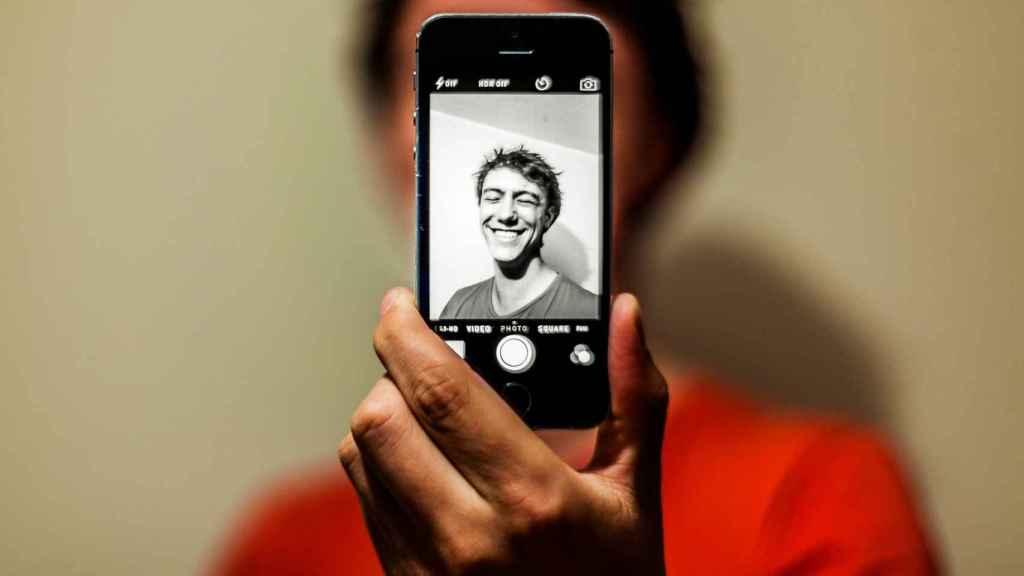 La publicación de muchos selfis en las redes se ha relacionado con el narcisismo.