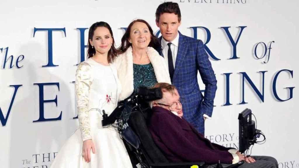 Felicity Jones y Eddie Redmayne junto a Hawking en la presentación de la película.