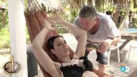 Francisco hace que una tortuga muerda a María Jesús en 'Supervivientes'