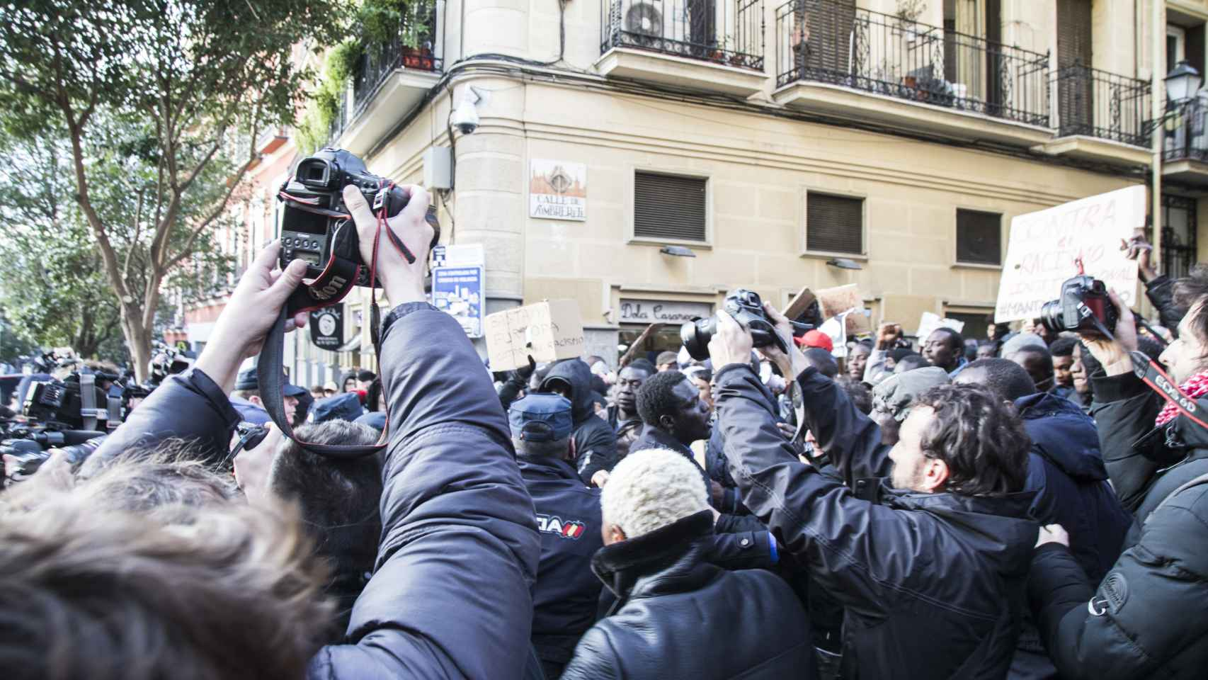 Momento de tensión entre manifestantes y policías nacionales. Se han producido empujones y forcejeos  aunque no ha habido cargas. / Jorge Barreno
