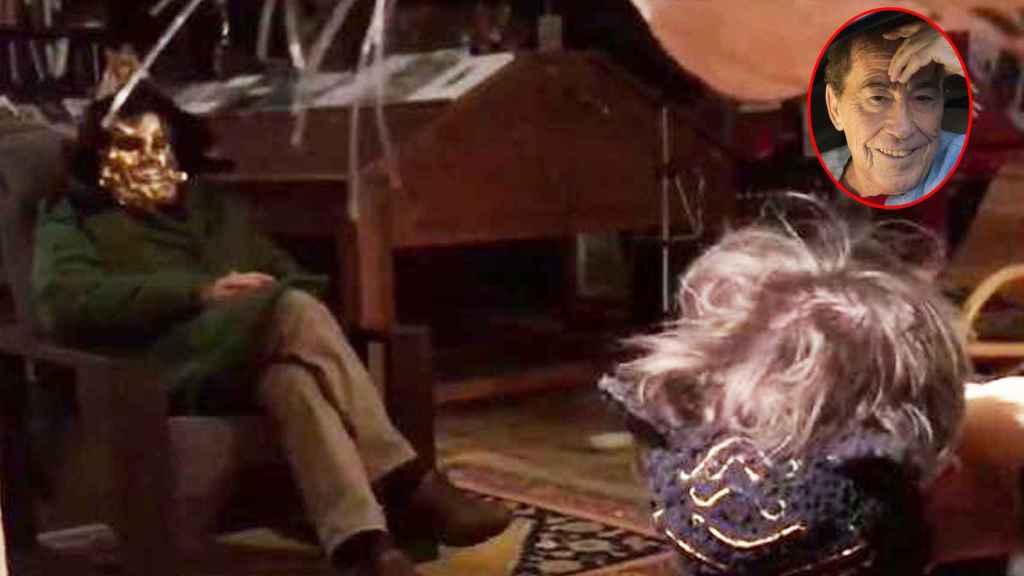 Fotograma original de la primeraa película porno de Sánchez Dragó. A la izquierda, Dragó sentado en una butaca en plena actuación, se cubre el rostro con una máscara carnavalesca.