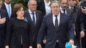 Zoido, junto a Soraya Sáenz de Santamaría, en el entierro de Gabriel.