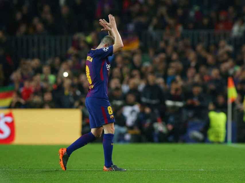 Andrés Iniesta aplaude al Camp Nou.