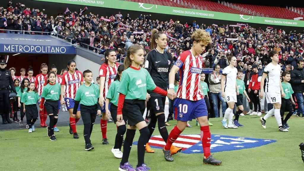Las jugadoras de Atlético y Madrid CFF saltan al césdep del Wanda.