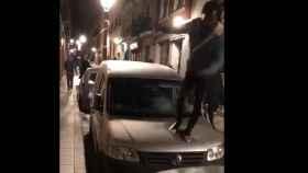 Un senegalés patea la luna de un coche