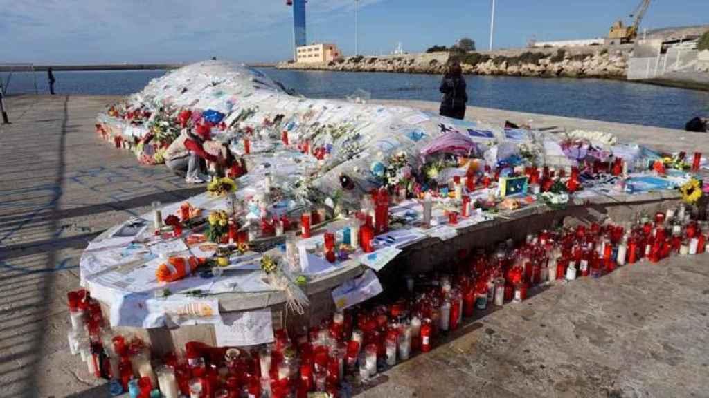 Una ballena varada se ha convertido en un inesperado altar para Gabriel, en Almería.