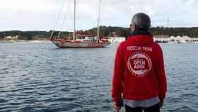 El barco español 'Open Arms' y uno de sus trabajadores.