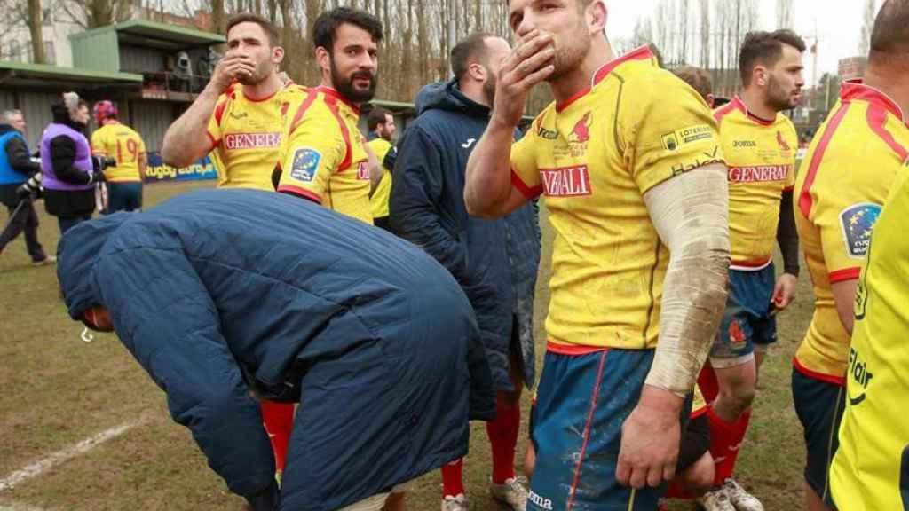 Los jugadores españoles se lamentan tras perder contra Bélgica.