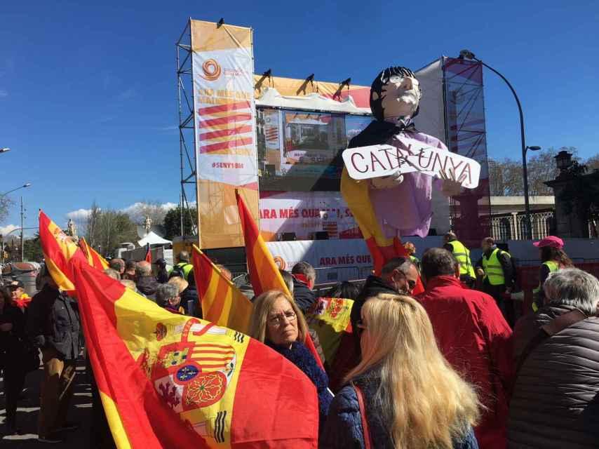 El escenario de Societat Civil Catalana en el punto de llegada de la manifestación.