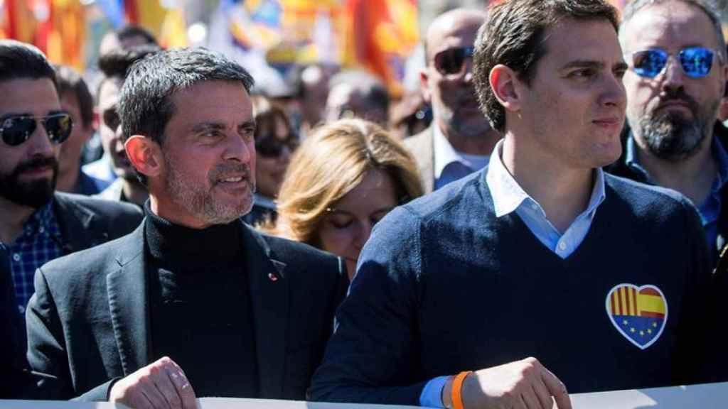 Manuel Valls junto a Albert Rivera en la cabecera de la manifestación de SCC.