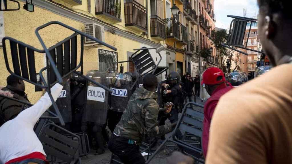 Disturbios en el barrio madrileño de Lavapiés tras la muerte del mantero Mbaye.