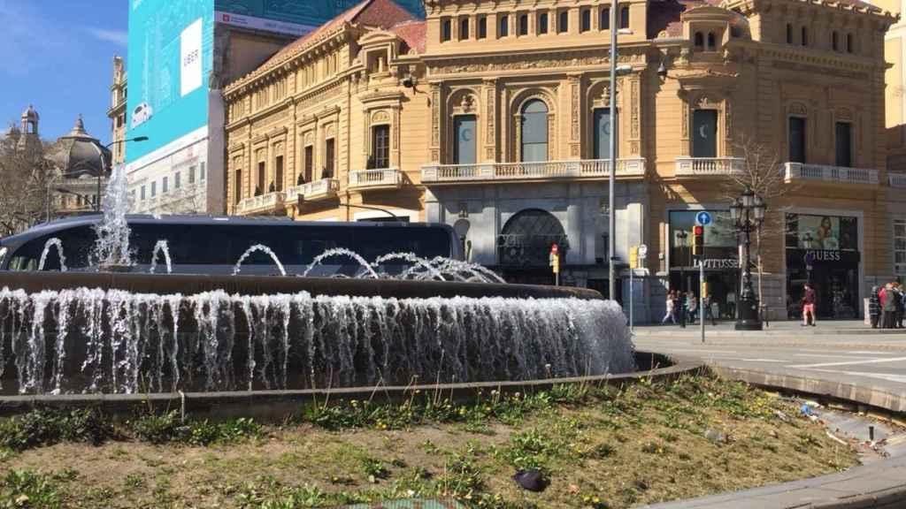 Fachada del hotel Avenida Palace en el que se puede ver la publicidad de Uber en Barcelona.