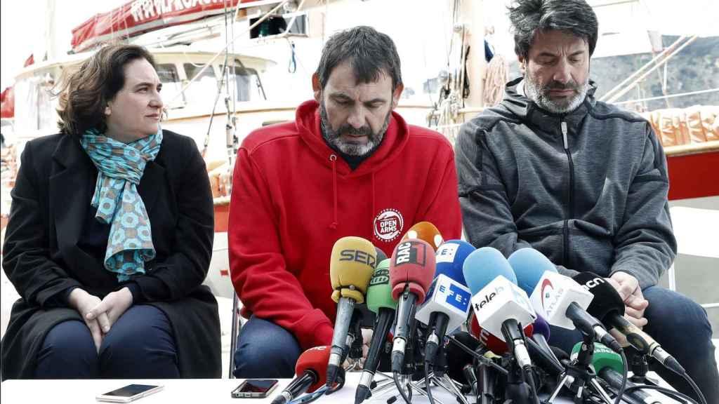 La alcaldesa de Barcelona, Ada Colau, el fundado de Proactiva Open Arms, Óscar Puente, y el expresidente del Joventud, Jordi Villacampa, durante la rueda de prensa.º