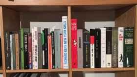 Libros en una librería, la mayoría de ellos leídos y unos pocos vírgenes