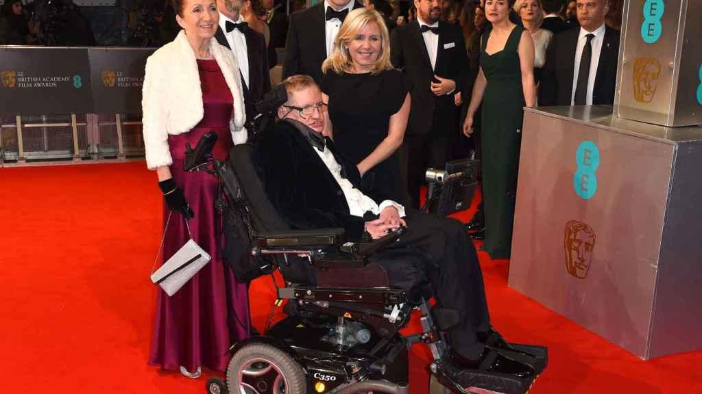 Stephen Hawking durante una gala de premios con su hija Lucy y Jane Wilde, entre otros familiares.